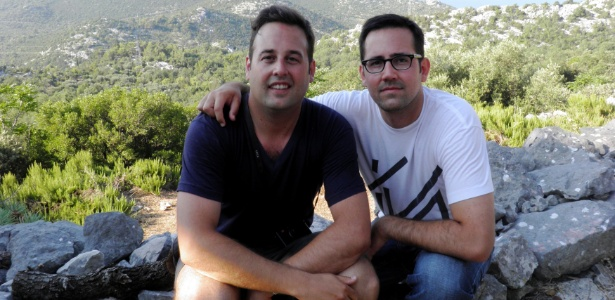 Anton Marinovich (e) e seu irmão, Erik, posam em imagem cedida pela família; ambos investem na Apple